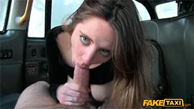 Красотка довела мужика в автомобиле до изумительного оргазма