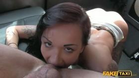 Девушка в татуировках дала себя трахнуть в автомобиле такси