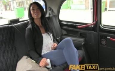 Неотразимая брюнетка порадовала водителя такси своим влагалищем