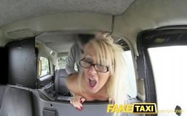 Таксист воспользовался дырками привлекательной пассажирки
