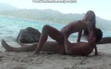 Дикий секс русской пары на берегу острова