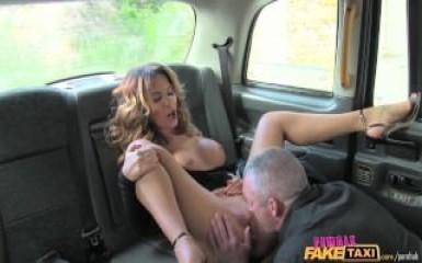 Девушка таксист обслужила пассажира по высшему классу