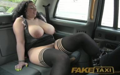 FakeTaxi - Красотка с пышным не отказала таксисту в сексе