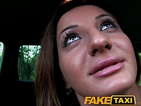FakeTaxi - Брюнетка классно прокатилась в такси