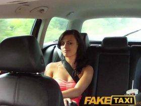 Пассажирка такси отдалась водителю