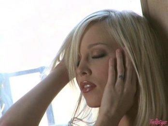 Twistys - Роскошная блондинка занимается самоудовлетворением