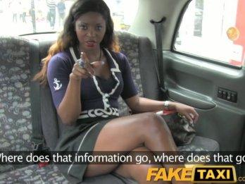 Жаркая порнушка с негритянкой в автомобиле такси