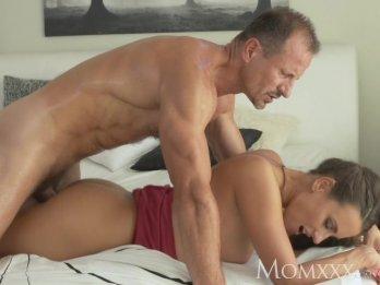 Зрелый любовник удовлетворяет сексуальные желания своей молодой подруги