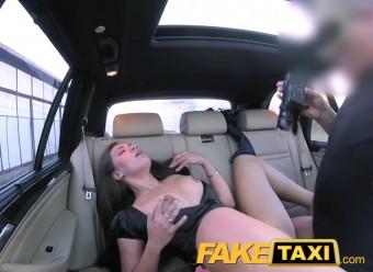Оттраханная в такси телка жаждет камшот от водилы