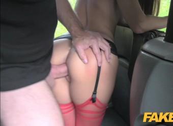 Таксист сношает красотку в чулках на заднем сиденье машины