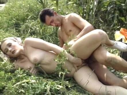 Мужик сношает в поле кукурузы хорошенькую деревенскую кралю