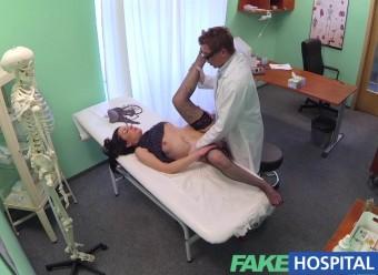 Доктор ебет на больничной койке брюнетку с растопыренными ногами