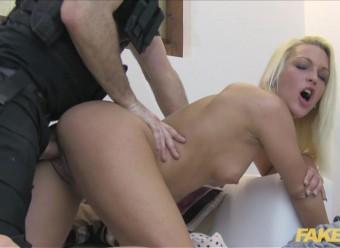Мент отодрал блондинку большим хуем и кончил ей на попку