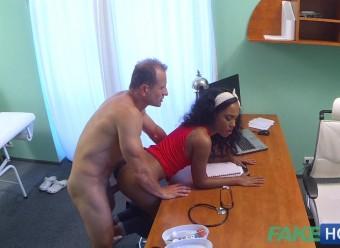 Негритоска объездила крепкий хуй подкатившего к ней врача