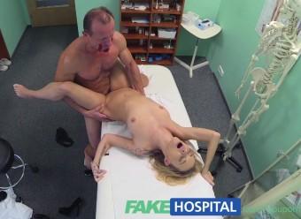 Оттраханная в больнице сучка проглотила камшот мускулистого доктора