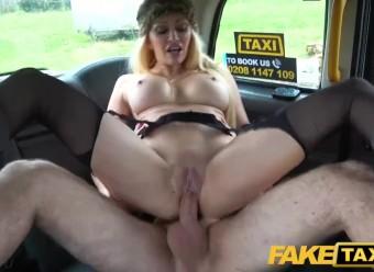 Сисястая пассажирка такси расплатилась за поездку узкой дыркой