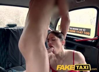 Водила запикапил няшную пасажирку и страстно отымел в машине
