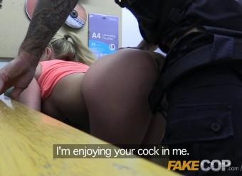 Фейковый полицейский трахает девушку за незначительное нарушение