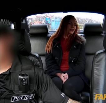 Красавица объездила хуй  полисмена и получила струйный оргазм