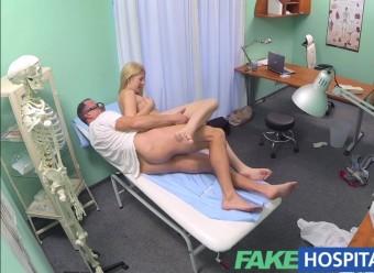 Зрелый доктор прописал молодой телке жаркий секс в его кабинете